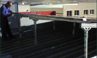 ensamblando estructura para soporte de paneles solares